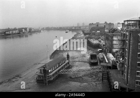 Docklands Development 1980s London UK. New Concordia Wharf apartment block. River Thames old warehouses derelict land, Southwark, Bermondsey, South East London. 1987  HOMER SYKES - Stock Photo