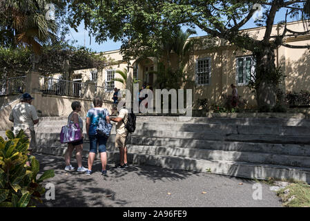 Visitors begin their visit in the grounds of American author, Ernest Hemingway's home, Finca La Vigia, in San Francisco de Paula, southeast of Havana - Stock Photo