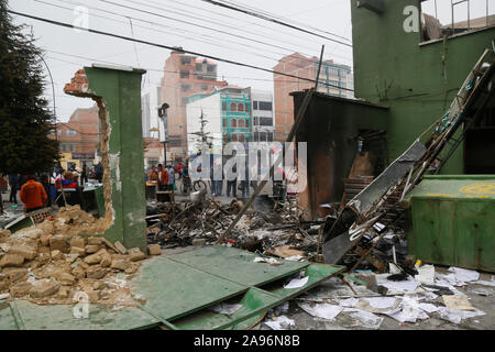 La Paz, Bolivia. 12th Nov, 2019. People are standing in front of a destroyed police building. After the resignation of Bolivian President Morales, marauding gangs in the South American country are up to no good - now the military want to put an end to the spook. Credit: Gaston Brito/dpa/Alamy Live News - Stock Photo