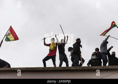 La Paz, Bolivia. 12th Nov, 2019. Prisoners protest during an uprising on the roof of the San Pedro high-security prison and demand an improvement in their conditions. Bolivia is in chaos following the resignation of former President Morales, his flight into exile in Mexico and Senator Anez's declaration as interim president. Credit: Ivan Perez/dpa/Alamy Live News - Stock Photo