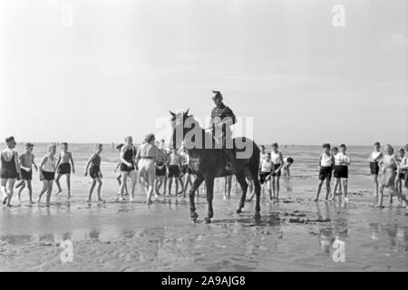 Rgeional custom: Duhner Wattrennen horserace at Duhnen near Cuxhaven, Germany 1930s. - Stock Photo