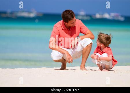 Boracay, Phillippinen, Insel, Familie am Strand - Stock Photo