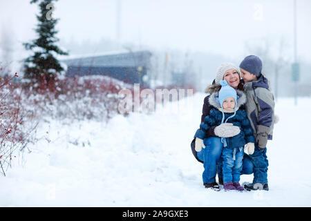 Finnland, Mutter und 2 Kinder bei Schneeballschlacht, - Stock Photo