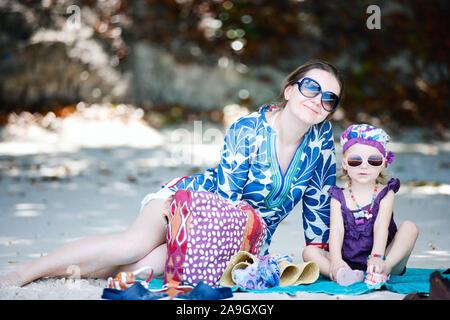 Mutter und Tochter Huckepack am Strand, Malediven - Stock Photo