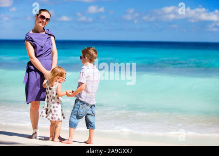 Familie am Strand, Seychellen, Indischer Ozean - Stock Photo