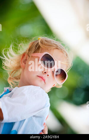 Malediven, Mutter und Tochter im Urlaub, Portraet KLeinkind, MR:Yes, Sonnenbrille, - Stock Photo