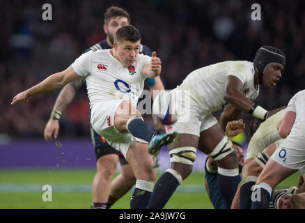 Twickenham, United Kingdom,  Ben YOUNGS, kicking clear, behind the scrum, during the RBS. Six Nations : England   vs France  at the  RFU Stadium, Twickenham, England,   Saturday  04/02/2017  [Mandatory Credit; Peter Spurrier/Intersport-images] - Stock Photo