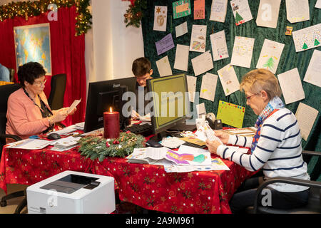 The Christkind post office in Engelskirchen in the Bergisches Land has resumed its work. People reading and answering the letters - Stock Photo