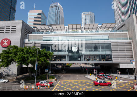 A large Apple store in the IFC Mall in Hong Kong central - Stock Photo