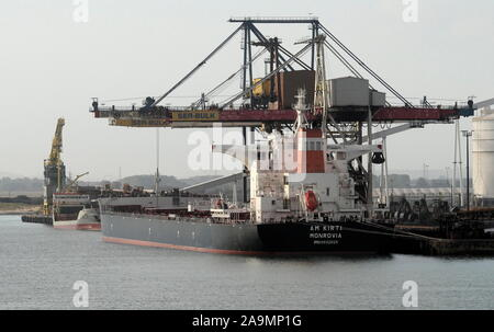 AJAXNETPHOTO. 23RD SEPTEMBER, 2019. DUNKERQUE, FRANCE. - LOADING COAL - THE MONROVIAN REGISTERED BULK CARRIER AM KIRTI (93,000GT) AT THE PORT'S SEA BULK DUNKERQUE COALING FACILITY.PHOTO:JONATHAN EASTLAND/AJAX REF:GX8_192609_20535 - Stock Photo