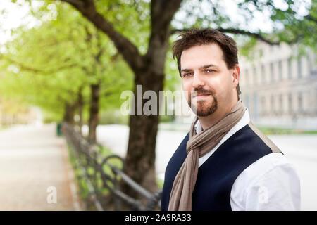 Ein eleganter Mann mit Ziegenbart im Hofgarten in Muenchen, Deutschland Stock Photo