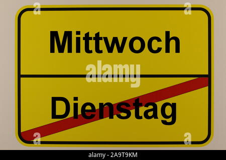 Schriftzug der Wochentage Dienstag und Mittwoch auf einem Ortsausgangsschild - Stock Photo