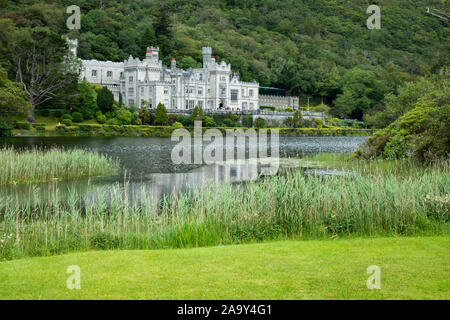 Kylemore Abbey, and lake. Connemara region, Ireland - Stock Photo