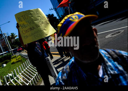 San Salvador, El Salvador. 18th Nov, 2019. A student holds a banner that reads ''Stop the repression against the Bolivian indigenous people'' while protesting a coup d'etat in Bolivia against former president Evo Morales and US intervention in Latin America Credit: Camilo Freedman/ZUMA Wire/Alamy Live News - Stock Photo