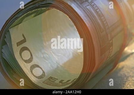 Zusammengerollte Euro Geldscheine mit einem Gummiring / Rolled Euro bank notes with a rubber ring