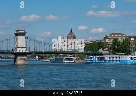 Budapest, blick auf die Kettenbruecke und das Parlamentsgebaeude, Ungarn - Stock Photo