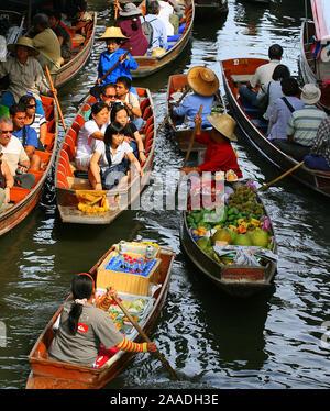Schwimmender Markt im Mae Klong Delta ( Damnoen Saduak) - Stock Photo
