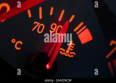 Wassertemperaturanzeige eines Peugeot 206 CC (no pr) - Stock Photo