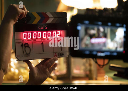 CATS 2019 de Tom Hooper tournage; on set; clap Prod DB ©Giles Keyte - Universal - Working Title Films - Amblin Entertainment - Perfect World Pictures - Monumental Pictures - The Really Useful Group - Stock Photo