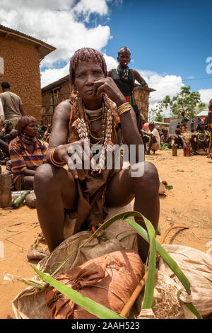 Ethiopia, South Omo, Turmi, weekly market, Hamar tribal woman selling charcoal - Stock Photo