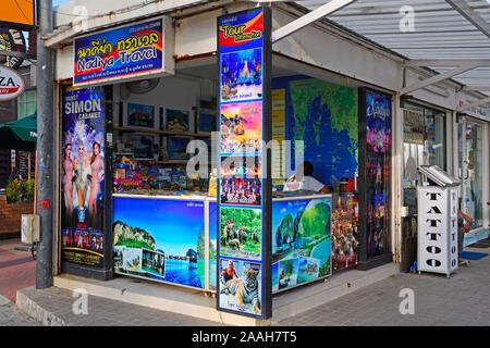 typischer Straßenstand für die Buchung von Touren und Ausflügen, Patong Beach, Phuket, Thailand - Stock Photo