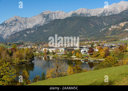 Panoramic view of Lake Ritzensee and Saalfelden on a sunny autumn day in with the mountains Steinernes Meer in the background. Saalfelden, Pinzgau, Sa - Stock Photo