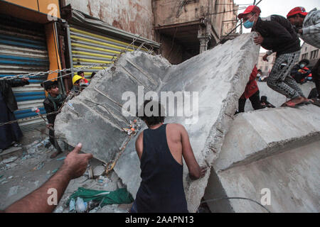 Baghdad, Iraq. 23rd Nov, 2019. Iraqi protesters errect a barricade during a violent anti-government protest. Credit: Ameer Al Mohammedaw/dpa Credit: dpa picture alliance/Alamy Live News/dpa/Alamy Live News - Stock Photo