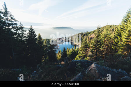 Der Mummelsee auf der Hornisgrinde während einem Sonnenaufgang im Herbst - Stock Photo