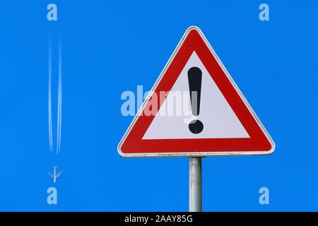 Flugzeug folgt Verkehrsschild, fliegt ein Ausrufezeichen, Deutschland | airplane obeying traffic sign, flying an exclamation mark, Germany | BLWS11347 - Stock Photo