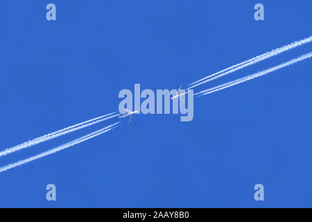 Flugzeuge auf Kollisionskurs | airplanes on collision course | BLWS112350.jpg [ (c) blickwinkel/fotototo Tel. +49 (0)2302-2793220, E-mail: info@blickw - Stock Photo