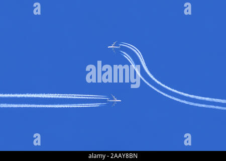 Flugzeuge auf Kollisionskurs, Ausweichmanoever | airplanes on collision course, change maneuver | BLWS112351.jpg [ (c) blickwinkel/fotototo Tel. +49 ( - Stock Photo