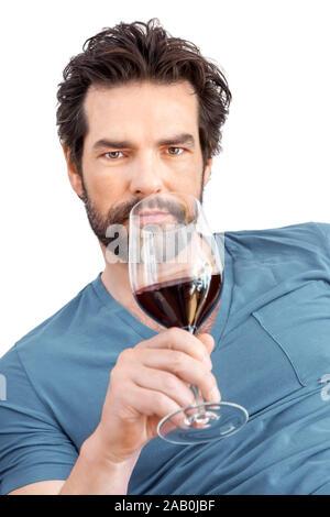 Ein Mann mit Weinglas vor weissem Hintergrund - Stock Photo