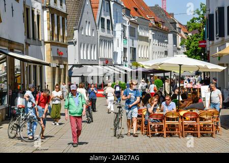 Straßenszene, Einkaufstraße Obernstraße, Bielefeld, Nordrhein-Westfalen, Deutschland - Stock Photo