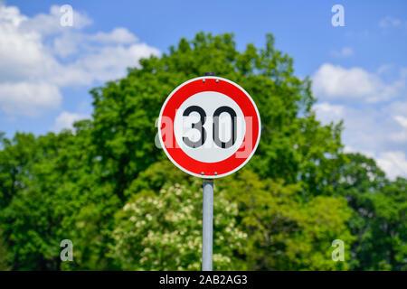 Verkehrsschild Tempo 30 - Stock Photo