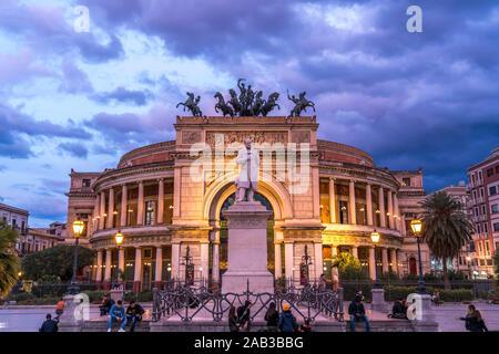 Theater Teatro Politeama Garibaldi in der Abenddämmerung, Palermo, Sizilien, Italien, Europa    theatre Teatro Politeama Garibaldi at dusk,  Palermo, - Stock Photo