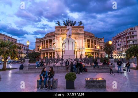 Theater Teatro Politeama Garibaldi in der Abenddämmerung, Palermo, Sizilien, Italien, Europa  | theatre Teatro Politeama Garibaldi at dusk,  Palermo, - Stock Photo