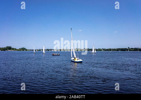 Segelboote auf der Außenalster in Hamburg |Sailing boats on the Alster lake in Hamburg| - Stock Photo