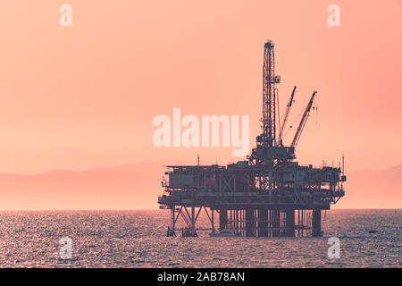 An oil rig far in the distance on the ocean