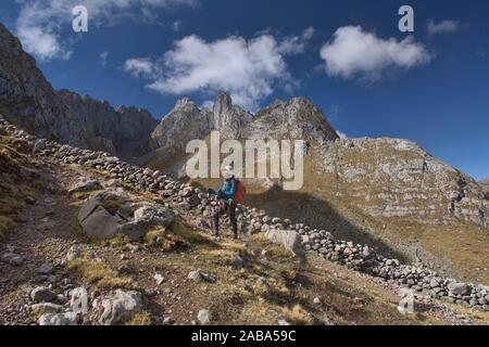 Quebrada Aguas Calientes and Cancanapunta pass on the Cordillera Huayhuash circuit, Ancash, Peru. - Stock Photo