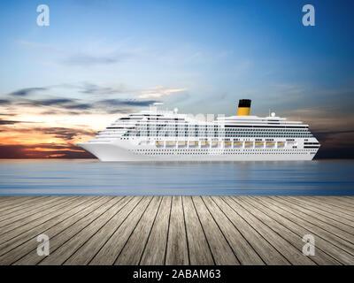 Sicht von einem Bootssteg aus auf ein wunderschoenes Kreuzfahrtschiff - Stock Photo
