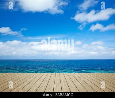 Sicht von einem Bootssteg aus auf den schoenen Ozean - Stock Photo