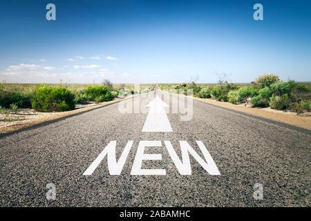 Eine unendlich lange Strasse mit der wegweisenden Aufschrift: 'New' - Stock Photo