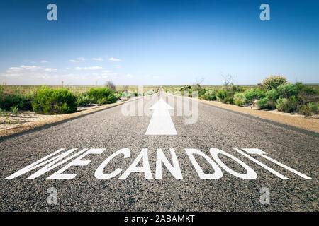 Eine unendlich lange Strasse mit der wegweisenden Aufschrift: 'We Can Do It' - Stock Photo