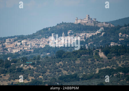 Basilica di San Francesco d'Assisi (Basilica of Saint Francis of Assisi) and medieval Rocca Maggiore in historic centre of Assisi, Umbria, Italy. Augu - Stock Photo
