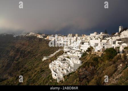 Fira, auf der Insel Thira oder Thera, ist eine kleine Stadt auf dem giechischen Archipel Santorin auf den Kykladen. - Stock Photo