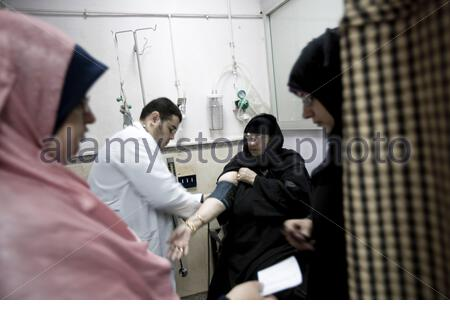 Egypt - Cairo - Internal medicine doctor Mahmoud Adel, 30, visiting a patient at Al Farouk Hospital in Cairo. - Stock Photo