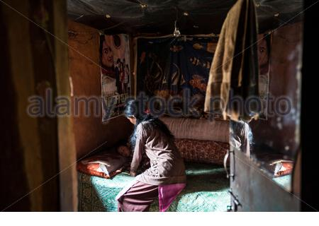 Nepal - Kathmandu - Sunita Lama, 24 puts to sleep her 3 year old son Suren Lama. Sunita's husband, Sir Kumar Lama, 30, has just come back from Qatar, where he spent one year working as a welder in a factory. Rather than the promised around 360 USD per mon - Stock Photo