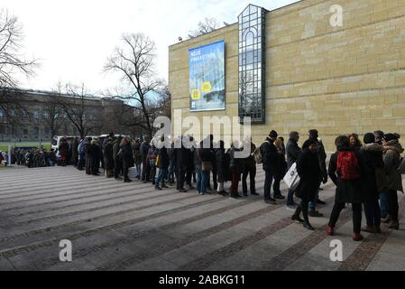 A queue of visitors in front of the Neue Pinakothek at the end of December. Due to a general renovation, the Neue Pinakothek will close on 31 December 2018 until presumably 2025. [automated translation] - Stock Photo