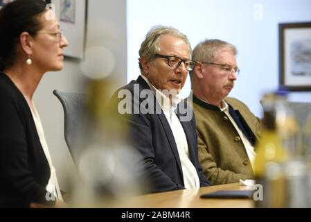 City councillor Marian Offmann (m.) announces his change from CSU to SPD at a press conference of the SPD in Munich. He will be flanked by Alexander Reissl, leader of the SPD city council fraction, and Claudia Tausend, chairman of the Munich SPD. [automated translation] - Stock Photo