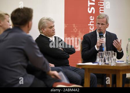 Discussion event at the Munich City Hall on the topic of 'Right-wing terror and the failure of the state' on the first anniversary of the pronouncement of judgement in the NSU proceedings. The picture shows the discussants from the left: Moderator Thies Marsen (Bavarian Broadcasting), Caro Keller (NSU-watch), Mehmet Daimagüler (representative in the NSU trial) and Clemens Binninger (former chairman of the NSU investigative committee in the German Bundestag). [automated translation] - Stock Photo